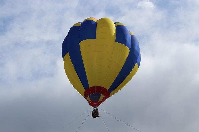 アドバルーン 今年は風が強く途中で中止