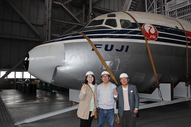 JAL初のジェット機の前で-2