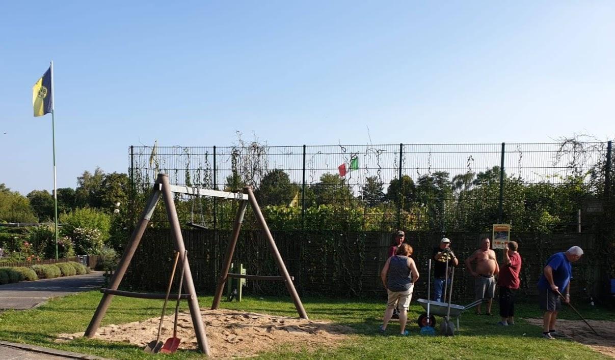 Auch da finden sich zum Glück viele freiwillige Helfer! Anstatt im eigenen Garten zu arbeiten, geht es an die Schüppe, alles für den Verein!!