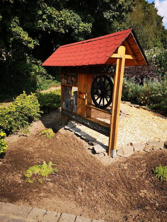 So kann es sich doch sehen lassen, frische Lasur, drei Bodendecker sind schon drin, weitere Pflanzen werden noch kommen...