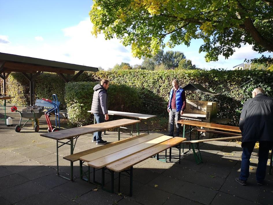 Wie stehen die Tische und Bänke richtig?