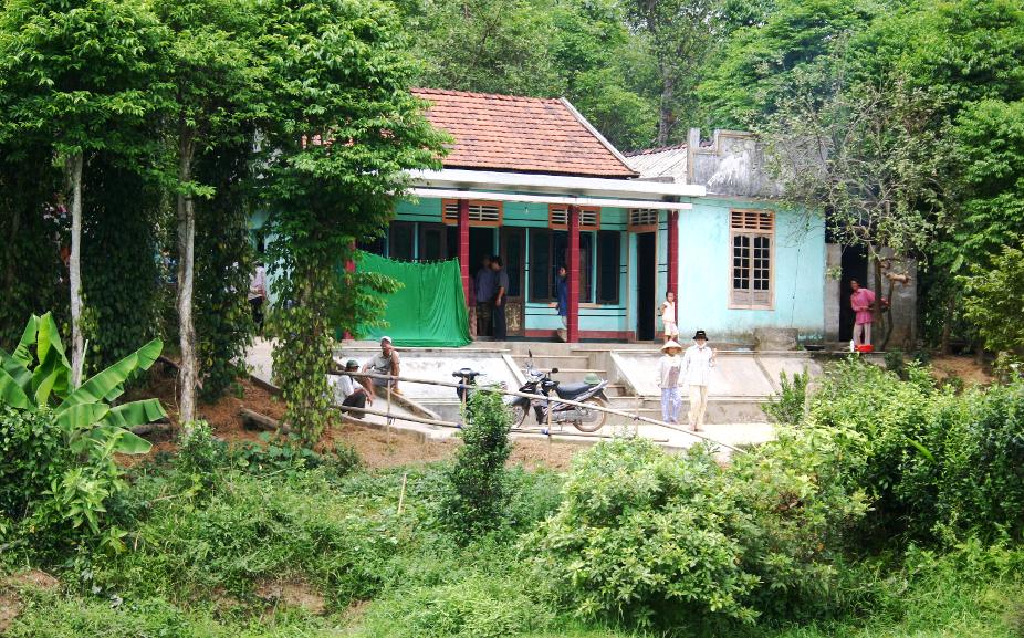 Hinter dem Vorhang eines Hauses in einem der Dörfer am 17. Breitengrad liegt ein totes Kind.