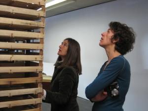 Begutachten der Installation von Susanne Kienbaum