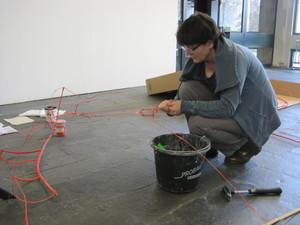 """Ev Pommer bei der Installation ihrer Arbeit """"shape"""""""