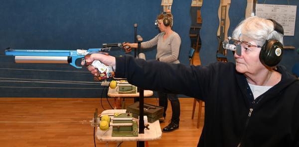 Konzentriert beim Training: Pistolenschützin Rita Müller in der Schießsportanlage in Ahlhorn  Bild: Peter Kratzmann