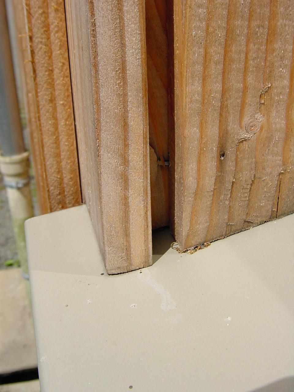 Angle en appui sur bavette : rétention d'eau par capillarité (1)
