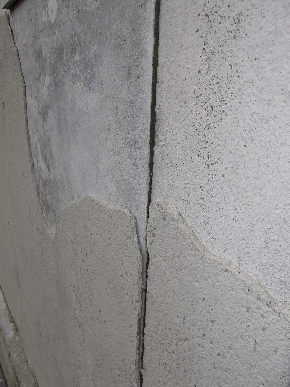 Habitation individuelle ancienne : enduit extérieur dégradé + fissures