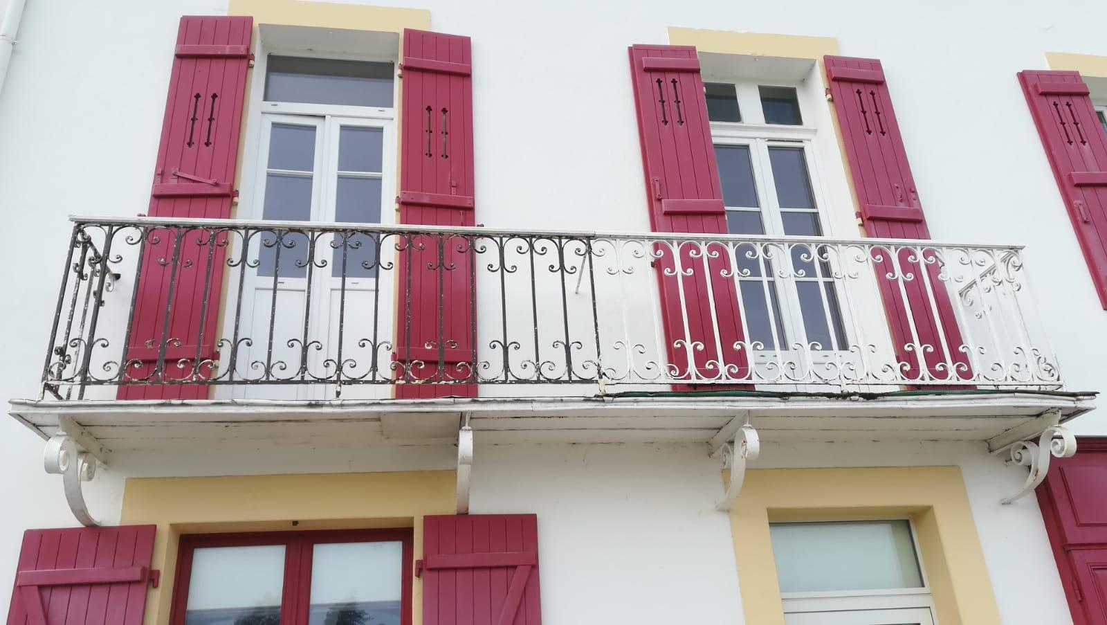 Maison de bord de mer (Sauzon - Belle Ile en Mer) : expertise balcon ancien (fer forgé + bois)