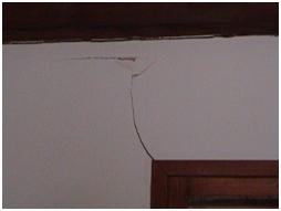 gauchissement du bâti, empêchant l'ouverture / fermeture d'une porte  ;  fissures du parement comme du plâtre, de la faïence