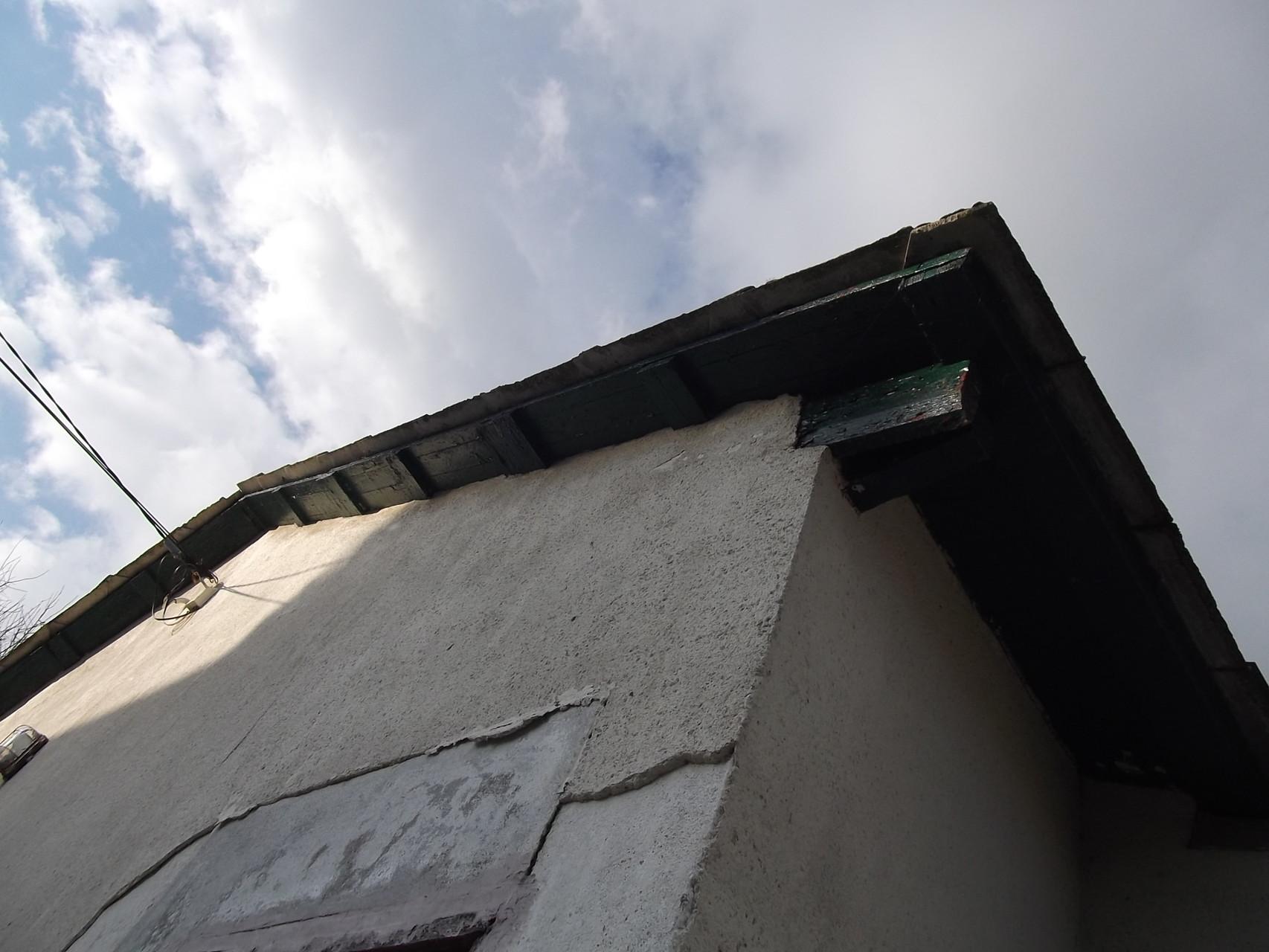 Habitation individuelle ancienne : enduit extérieur dégradé (1)