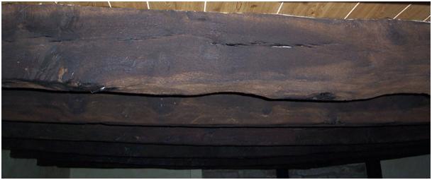 solives anciennes en chêne, taillées avec des outils manuels
