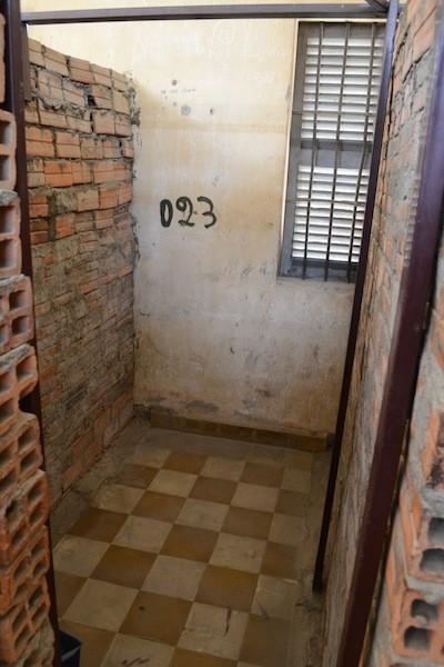 独房の中は狭くて不潔で耐えられない空間。