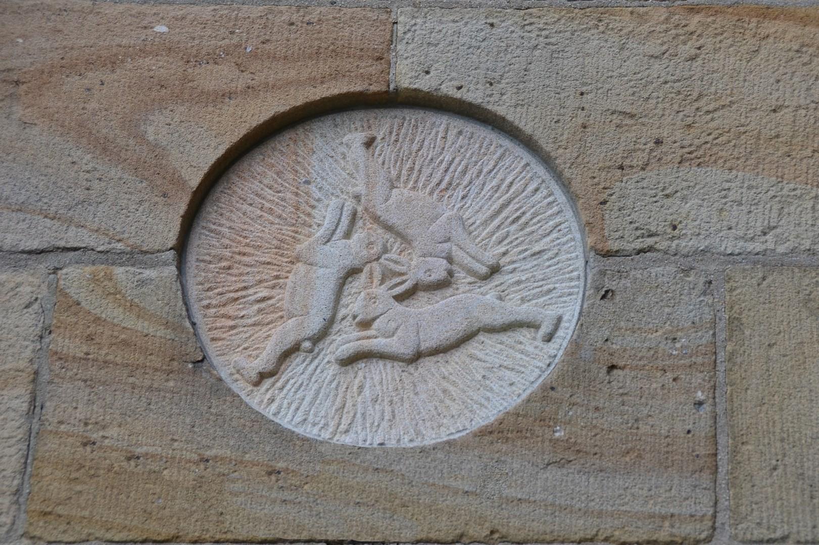 Drei-Hasen-Darstellung über dem Nord-West-Eingang zur St. Cyriakuskirche