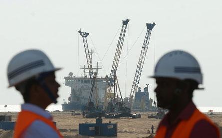 Des ouvriers sur le site d'un projet de remblaiement financé au Sri Lanka