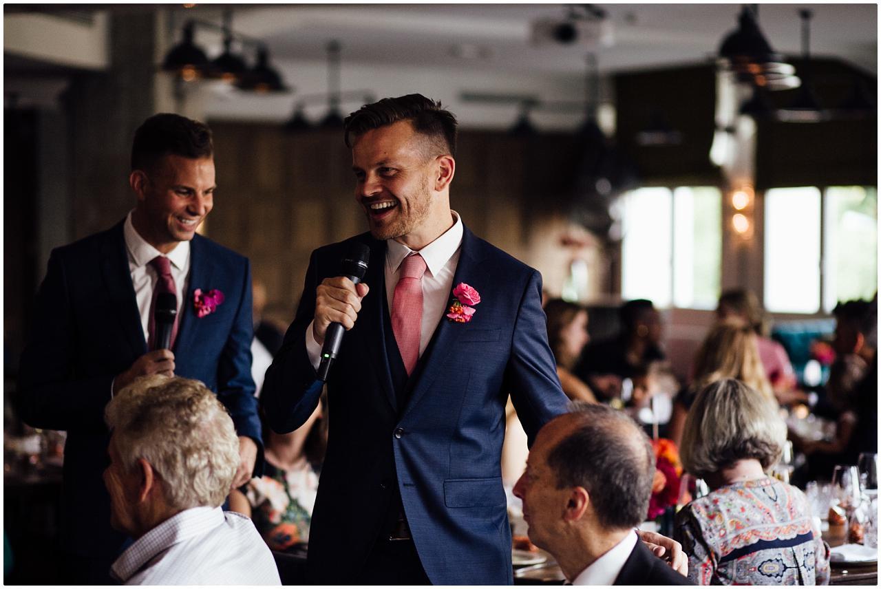 Das Brautpaar geht von Tisch zu Tisch und stellt die Gäste vor