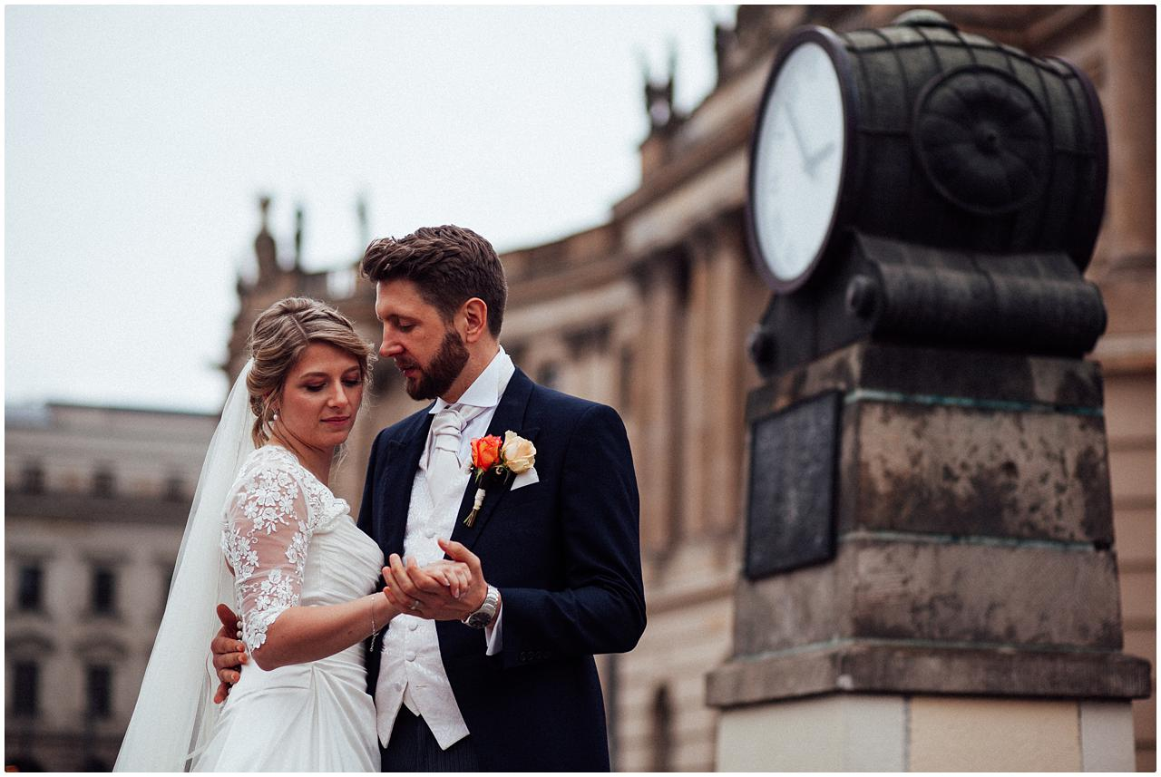 Bräutigam schaut verträumt zu seiner Braut am Bebelplatz in Berlin