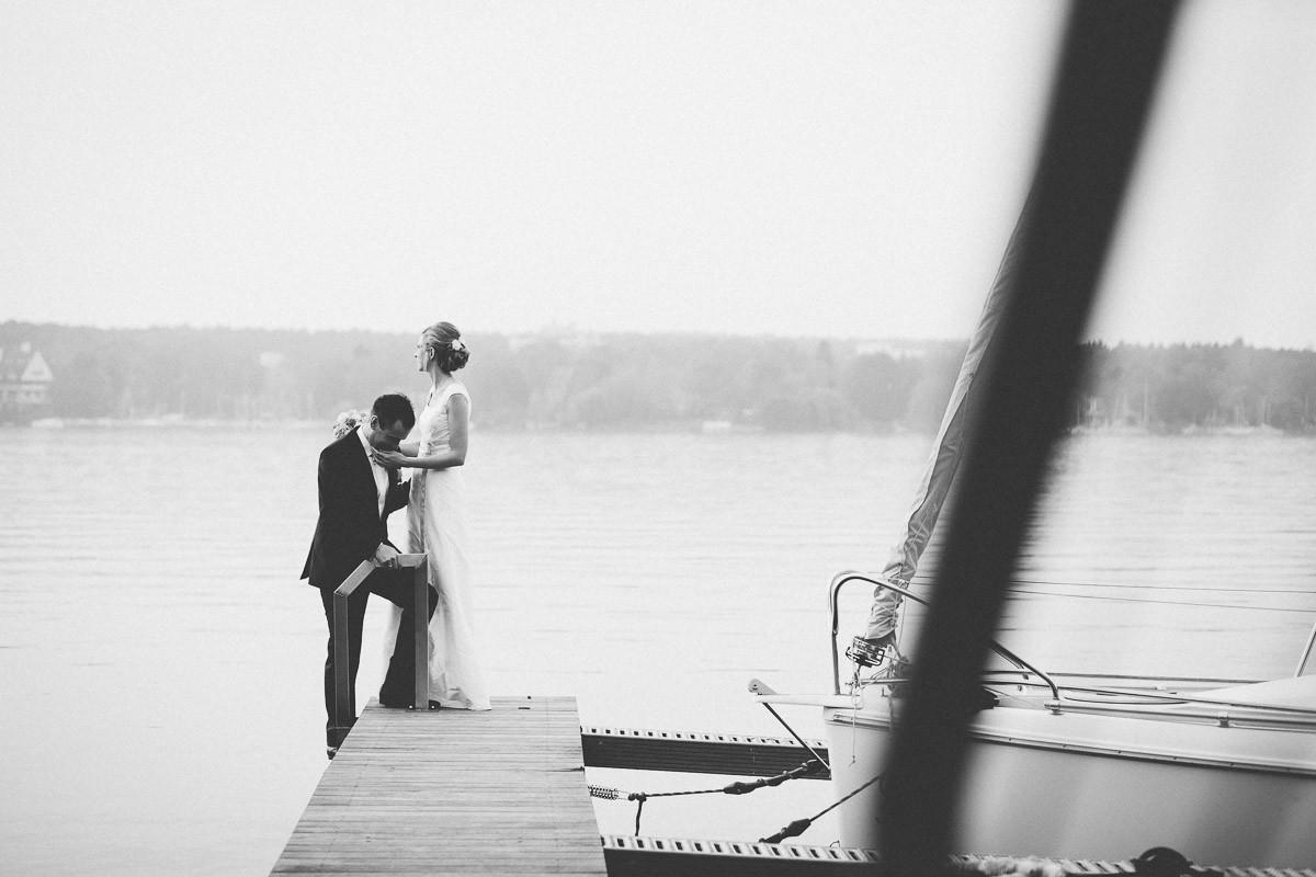 Brautpaar auf Bootssteg in inniger Umarmung
