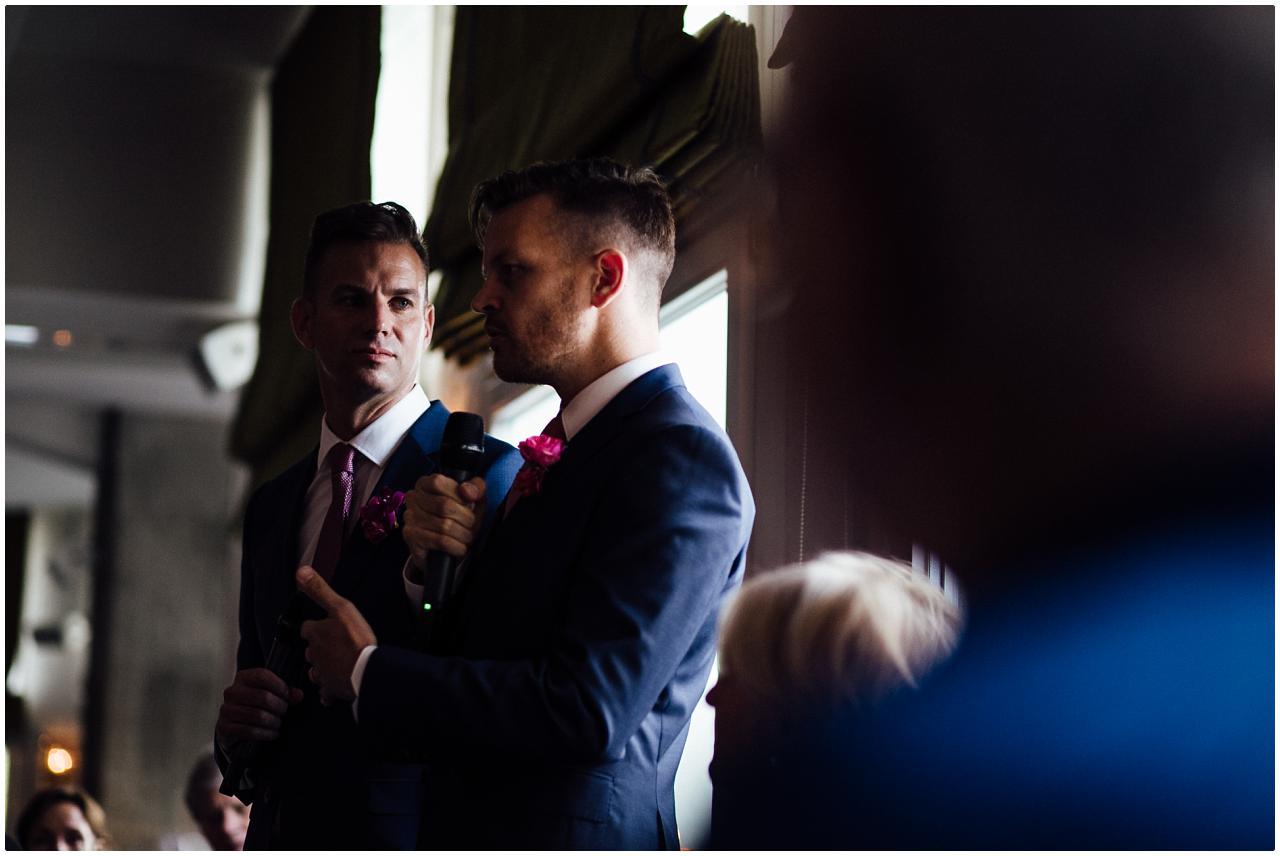 Das Brautpaar hält eine emotionale Rede