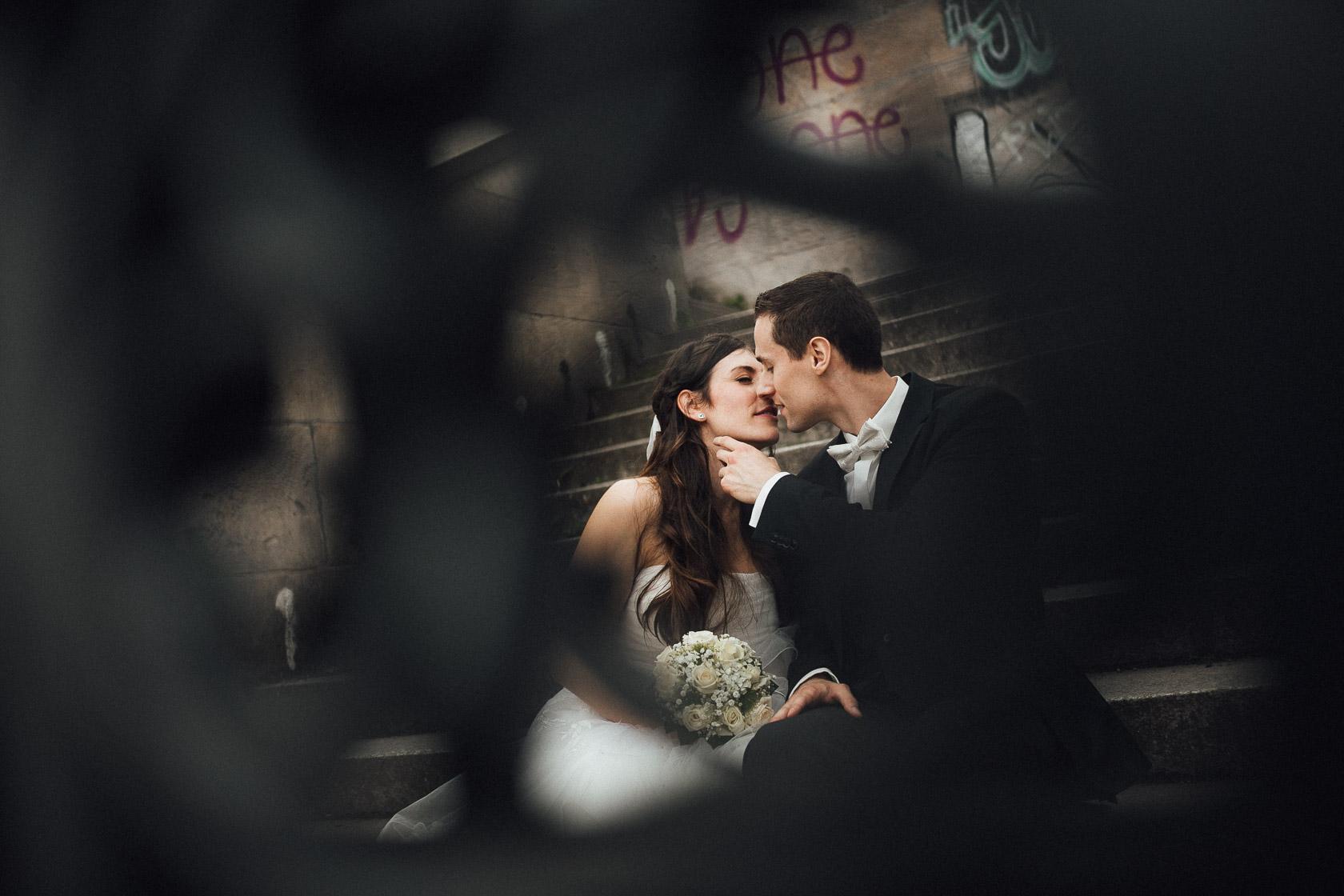 Brautpaar gibt sich am Victoria Park in Berlin einen Kuss
