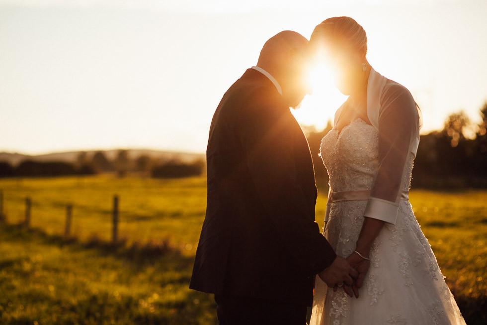 Inniges Brautpaar vor Sonnenuntergang am Sippelshof in Fulda