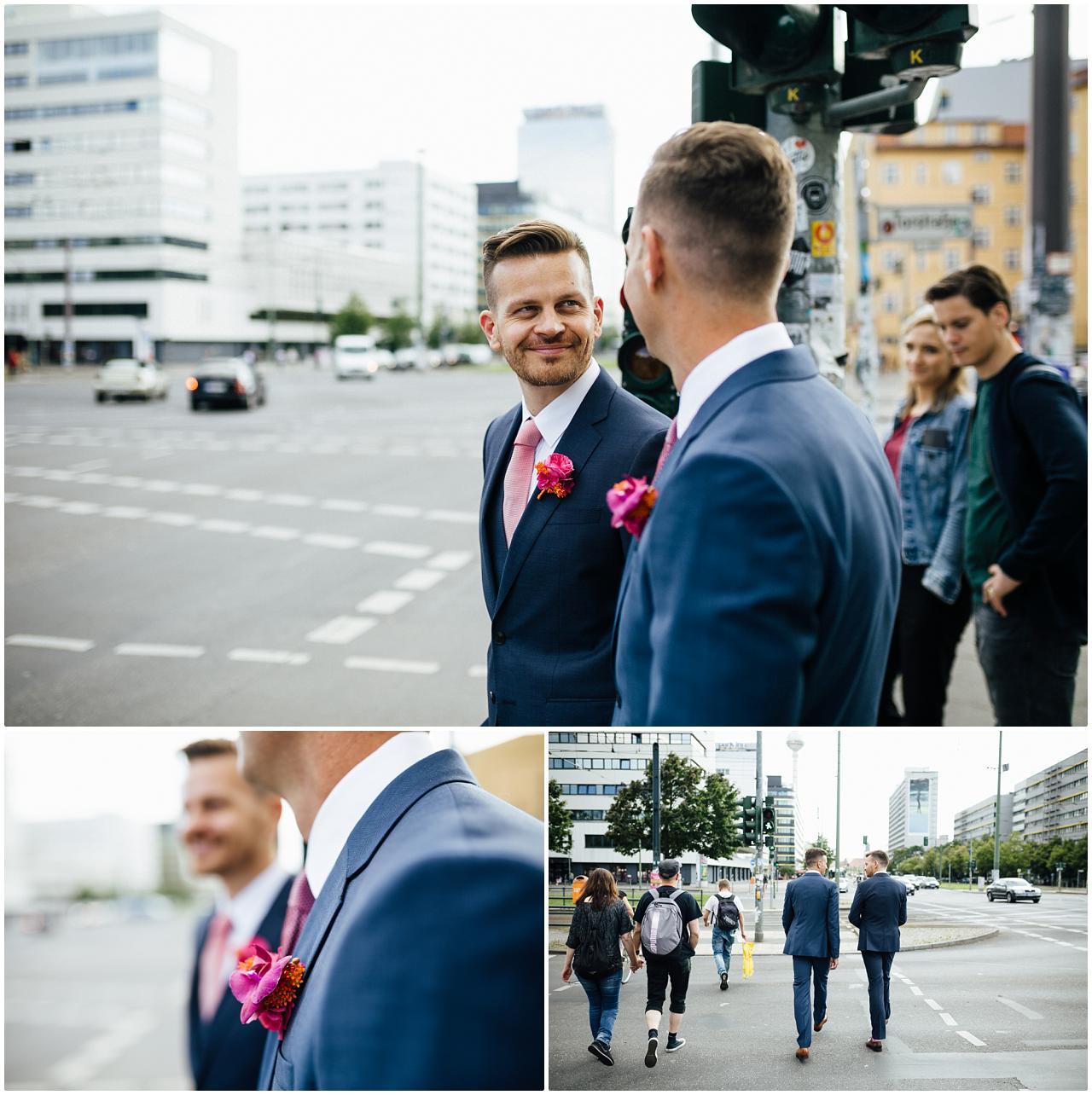 Gleichgeschlechtliches Brautpaar steht an der Ampel in der Nähe des Alexanderplatz in Berlin