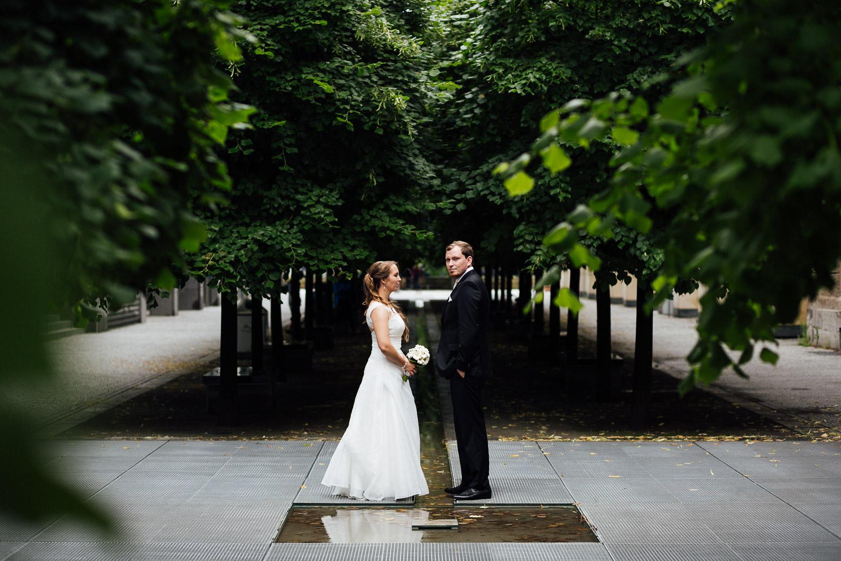 Brautpaar in Berlin Mitte blickt verträumt in Richtung des Fotografen