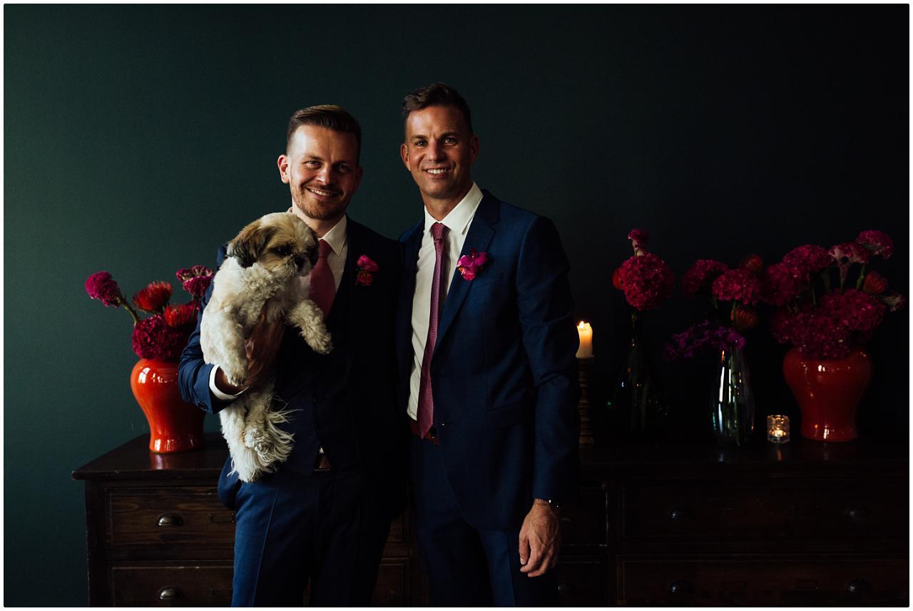 Das Brautpaar posiert mit dem Familienpudel
