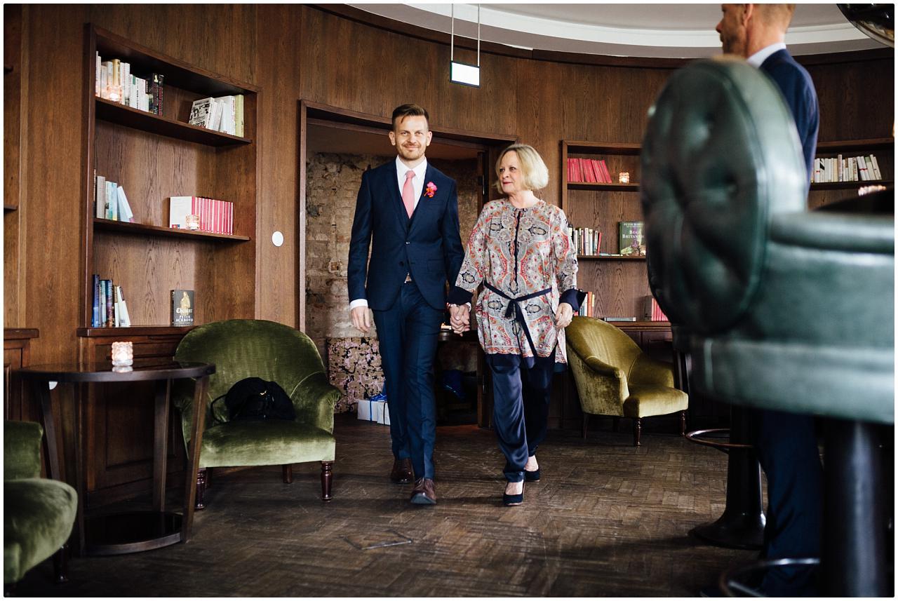 Aufgeregter Bräutigam wird von seiner Mutter zur Trauung im Politbüro des Soho House begleitet