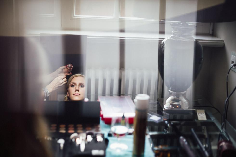 Reflektion einer Braut im Spiegel beim Getting Ready auf Schloss Kartzow