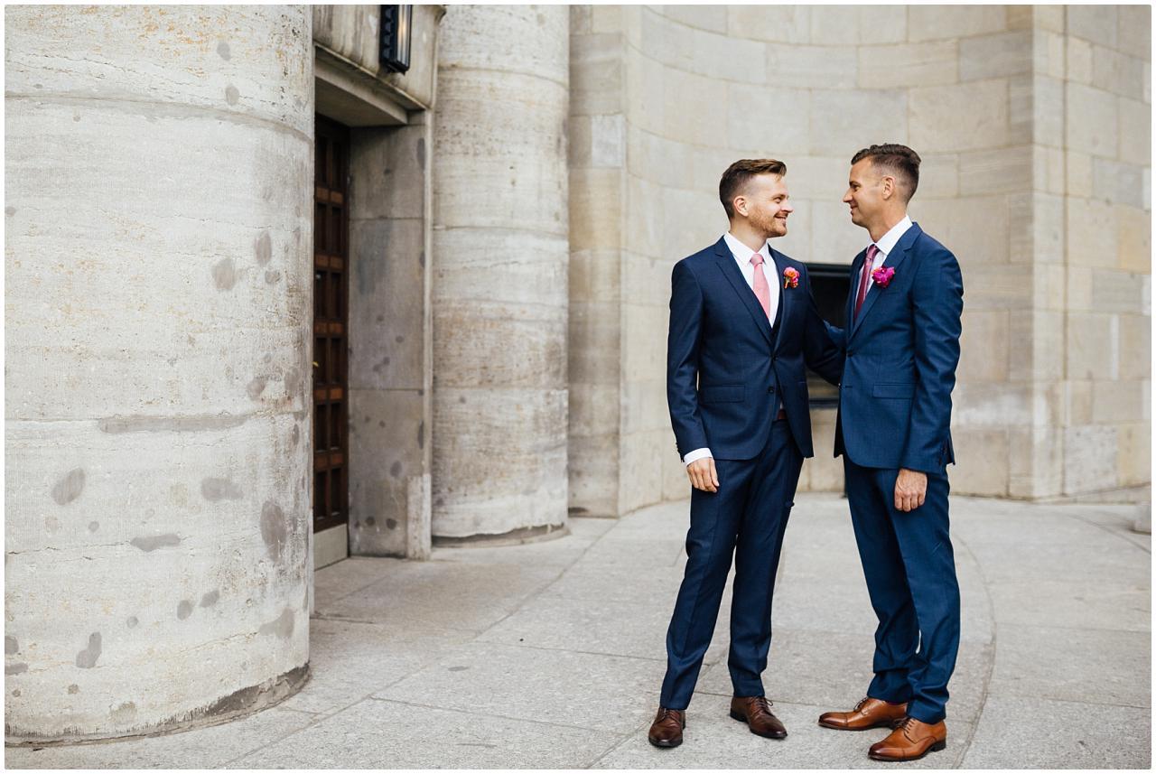 Gleichgeschlechtliches Brautpaar umarmt sich zärtlich vor der Volksbühne in Berlin