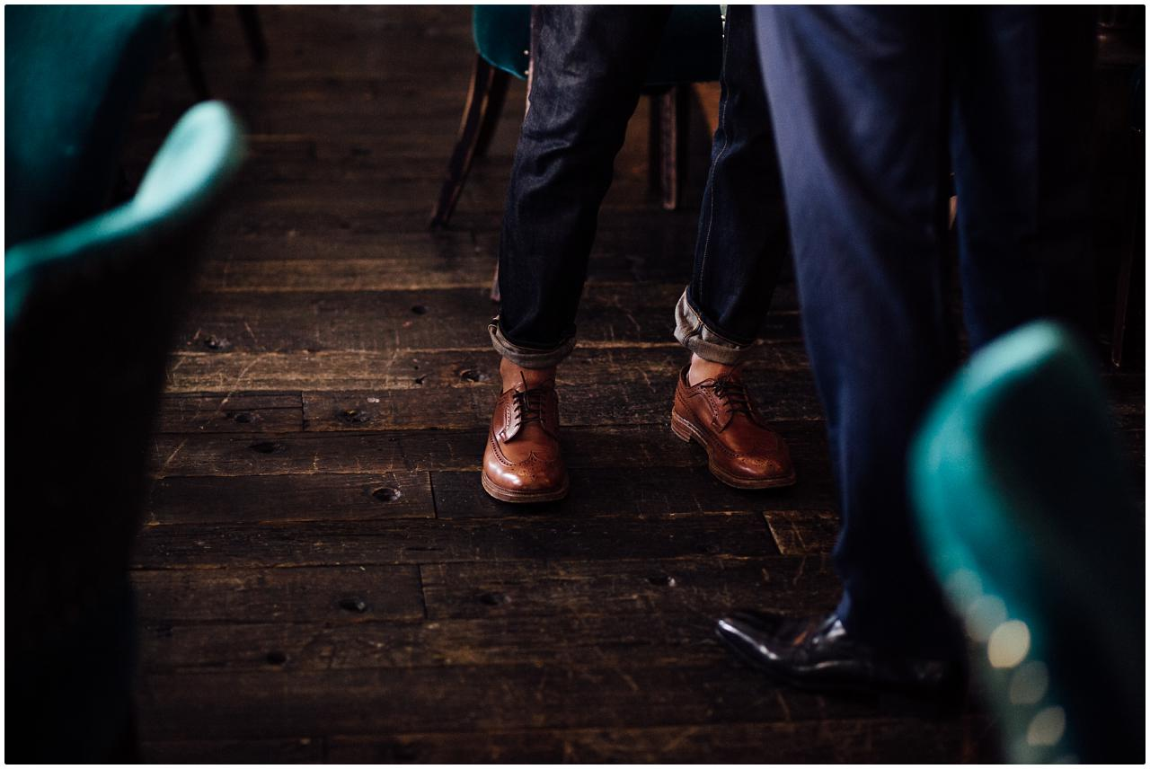 Eleganter, derber Leberschuh auf grobem Holzboden