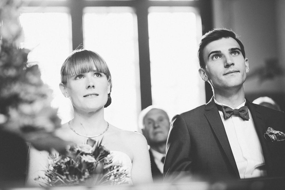 Ergriffenes Brautpaar bei standesamtliche Trauung im alten Bahnhof am Werbelinsee