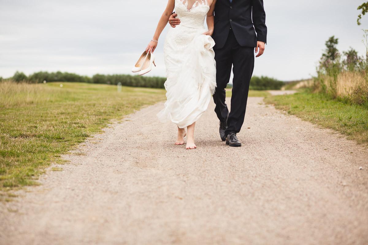 Brautpaar läuft nach Hochzeit auf den Hochzeitsfotograf zu
