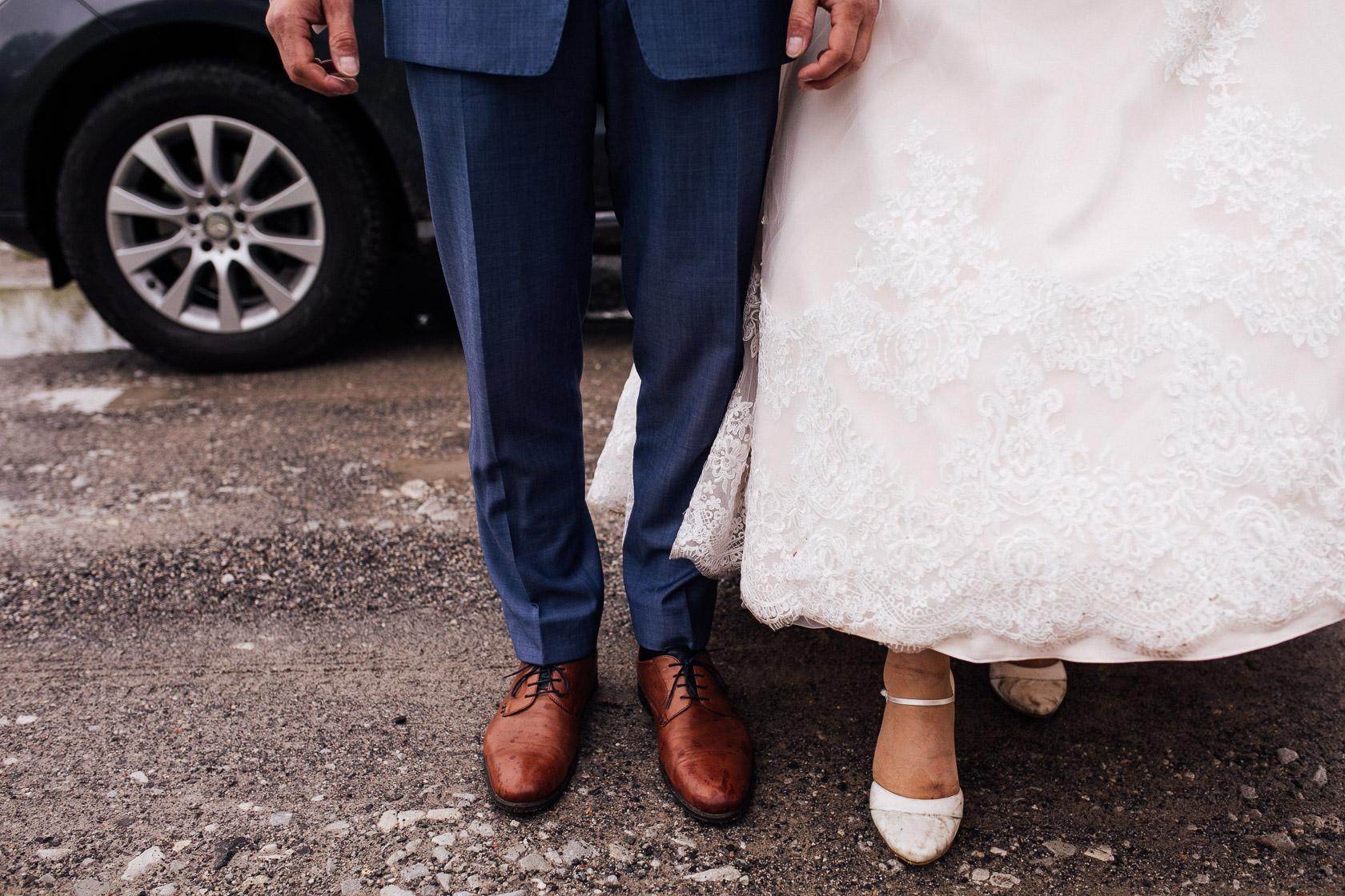 Brautpaar präsentiert seine dreckigen Schuhe