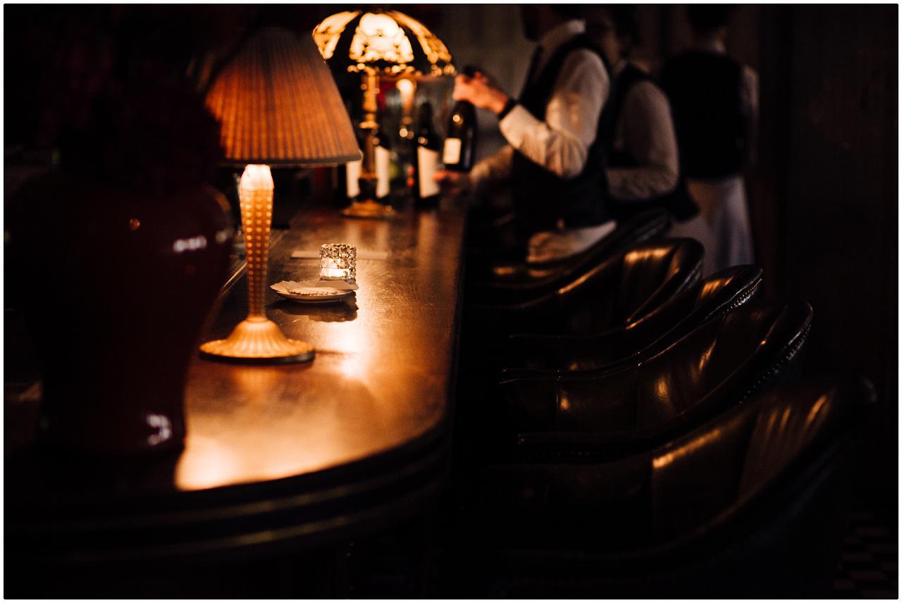 Die abgerundete Holztheke mit edlen Lederstühlen an der Bar des Soho House in Berlin
