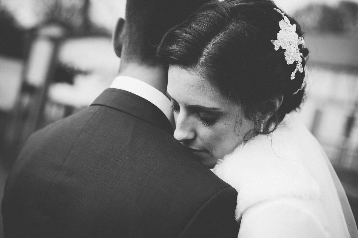 Schwarzweißaufnahmen eines Brautpaars in inniger Umarmung