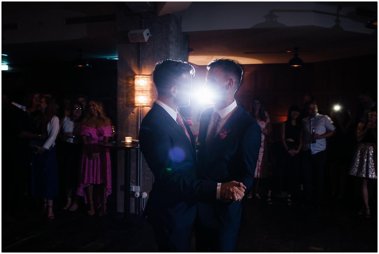 Das Brautpaar inmitten des Hochzeitstanz