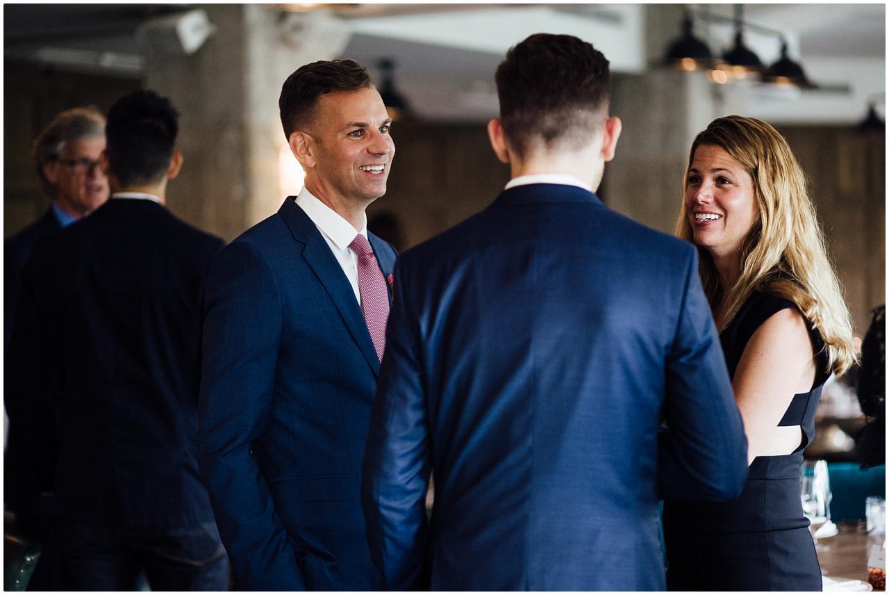 Bräutigam und seine Schwester lachen gemeinsam