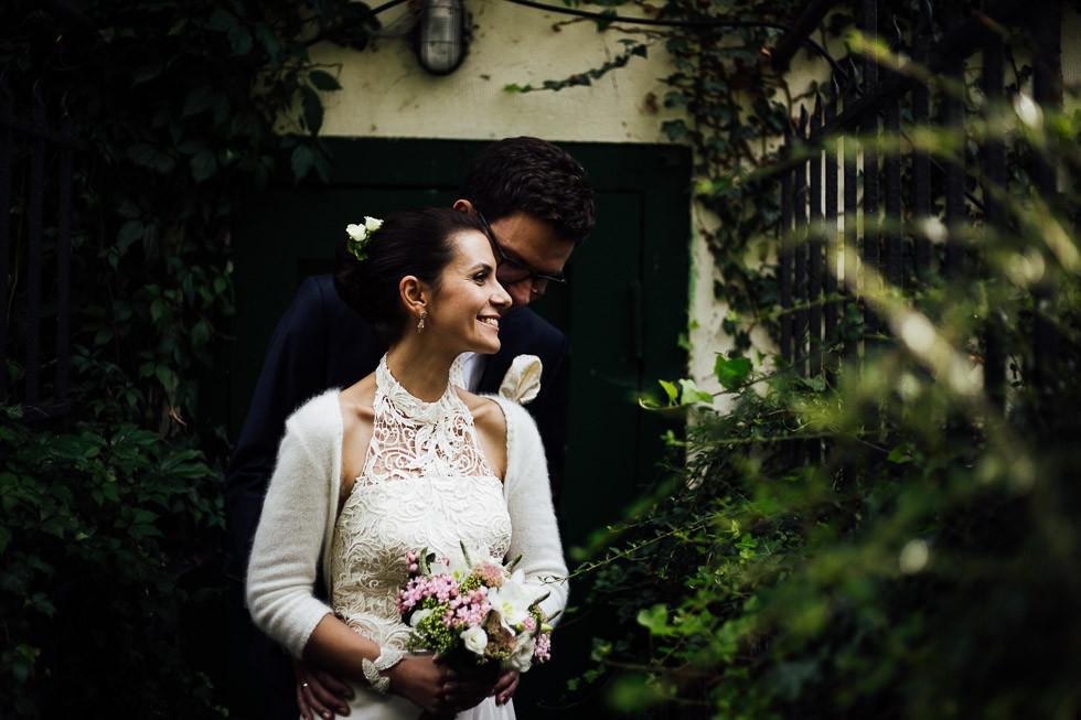 Strahlende Braut wird von hinten umarmt