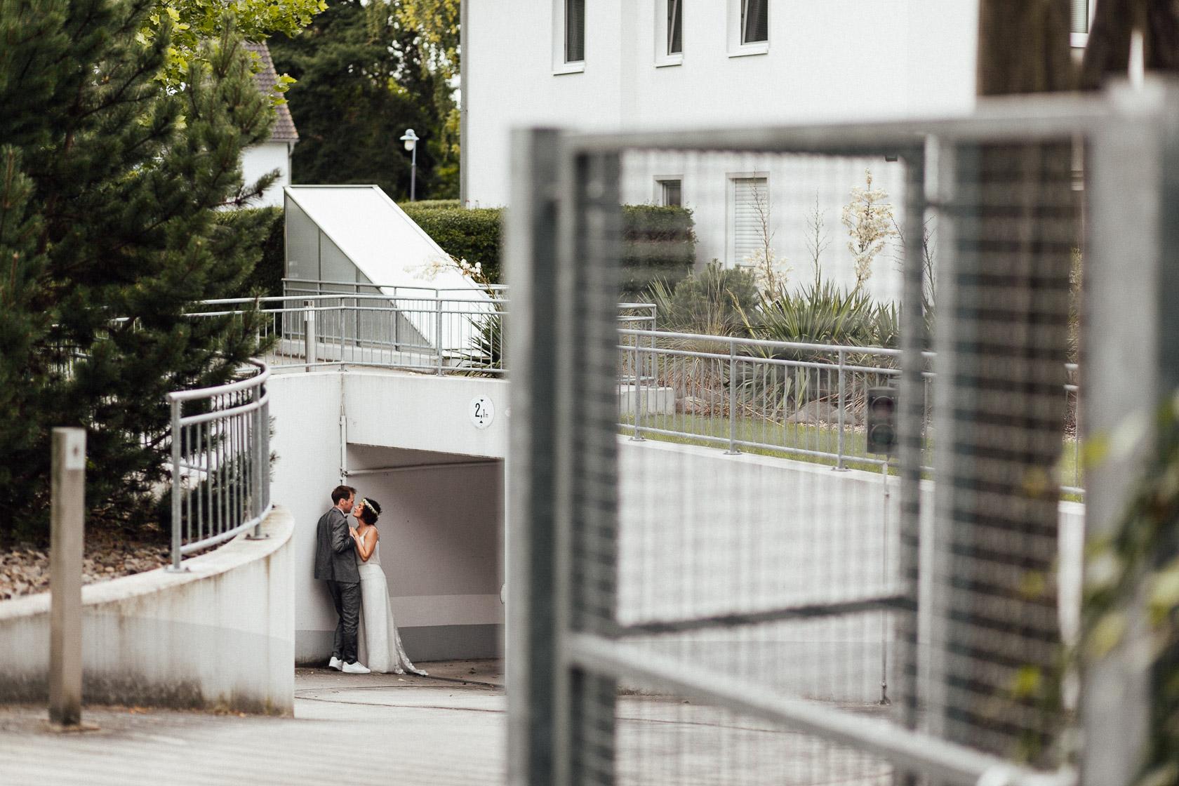 Brautpaar steht in der Einfahrt eriner Tiefgarage