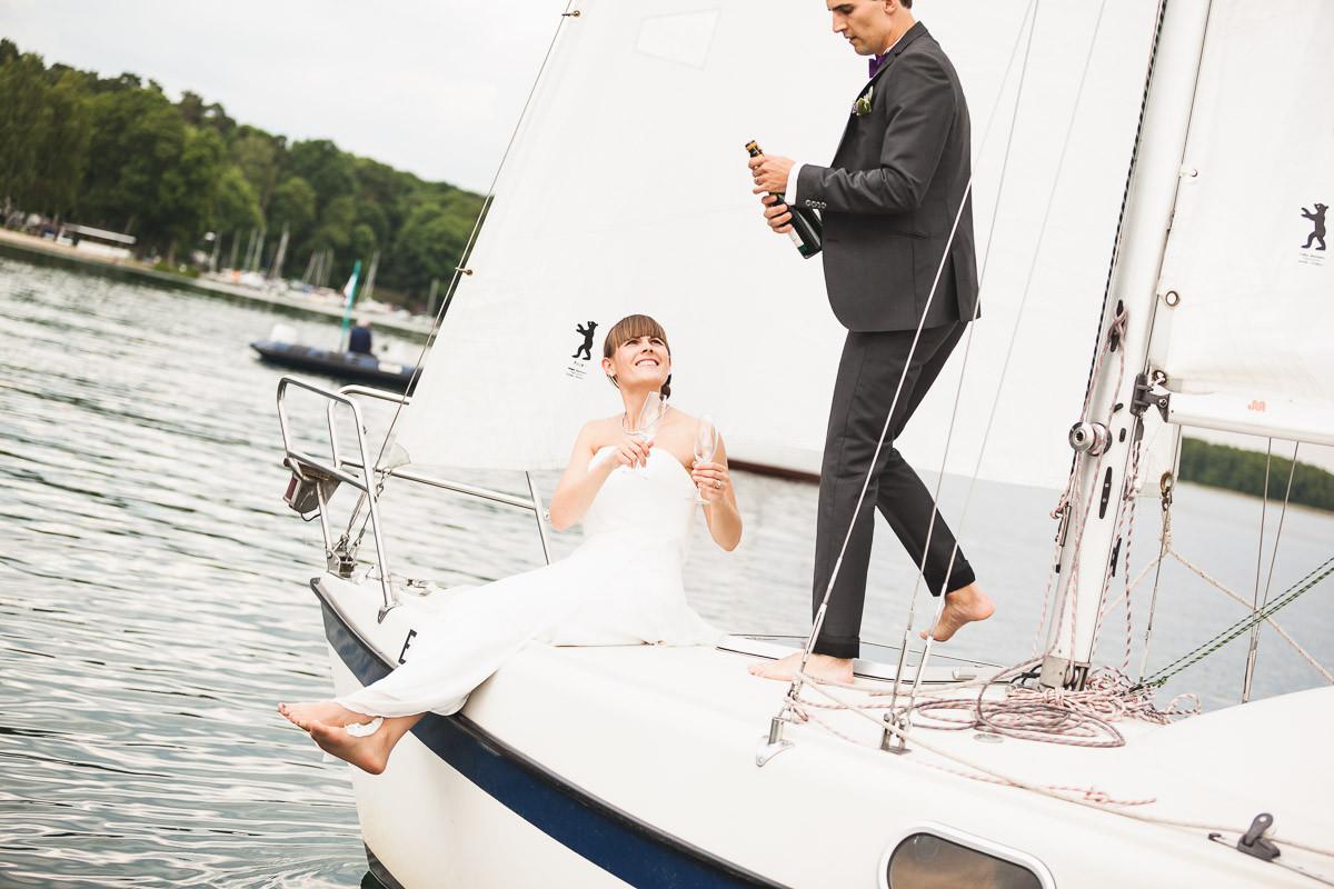 Brautpaar beim Sekttrinken auf einen Boot am Werbelinsee