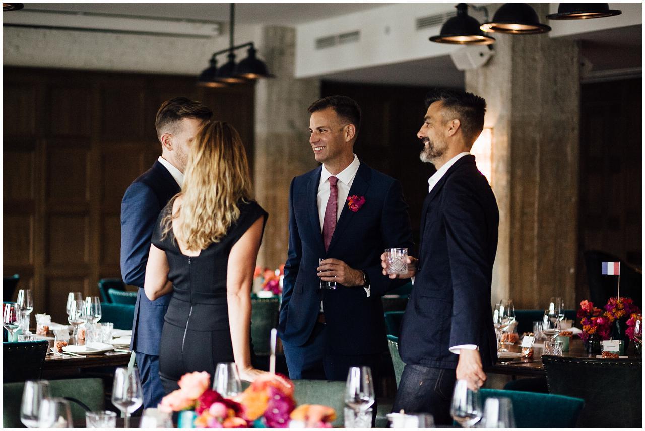 Brautpaar führt angeregtes Gespräch mit den Gästen