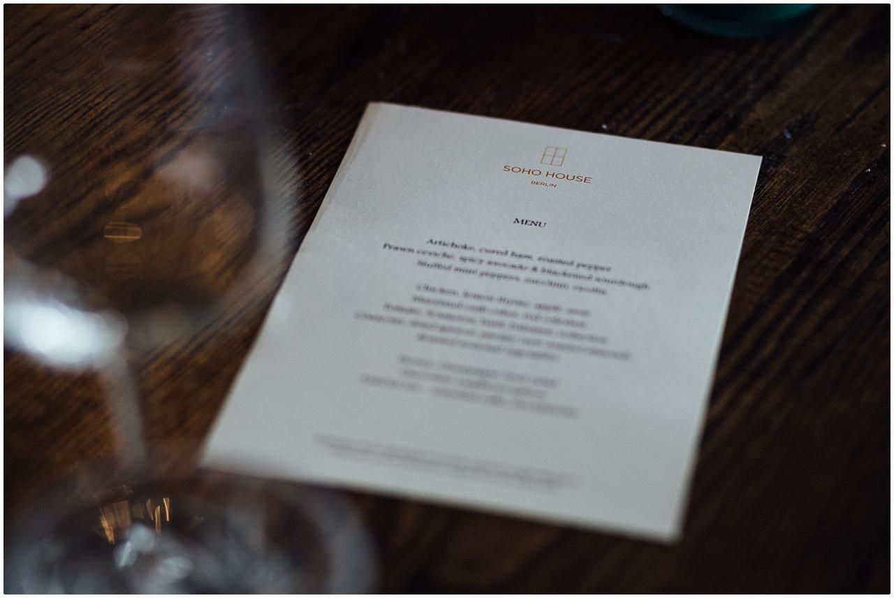 Edles Hochzeitsmenü auf dem Tisch des Brautpaars im Soho House