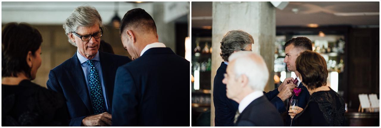 Brautvater richtet dem aufgeregten Bräutigam kurz vor der freien Trauung die Fliege