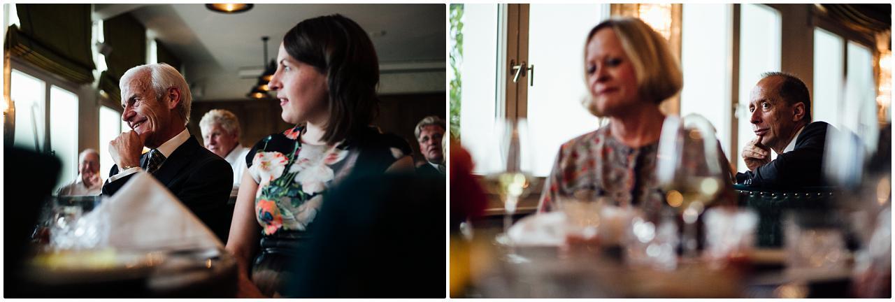 Die Familie des Bräutigams folgt gespannt einer Hochzeitsrede im Soho House