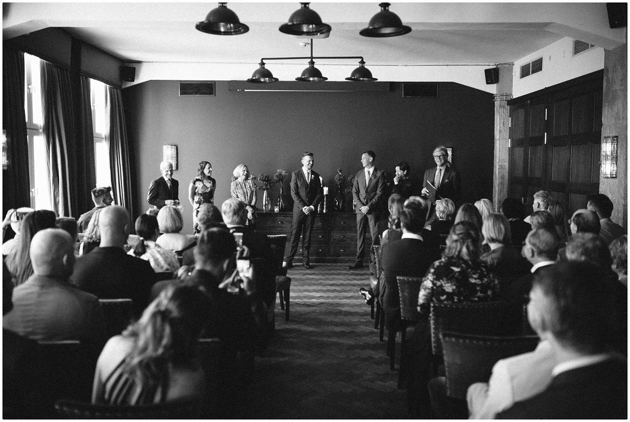 Das Brautpaar steht vor den Gästen und erwartet die Freie Trauung im Politbüro des Soho House