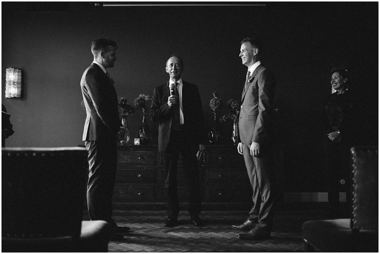 Der Trauredner hält vor dem Brautpaar seine Rede im Politbüro des Soho House
