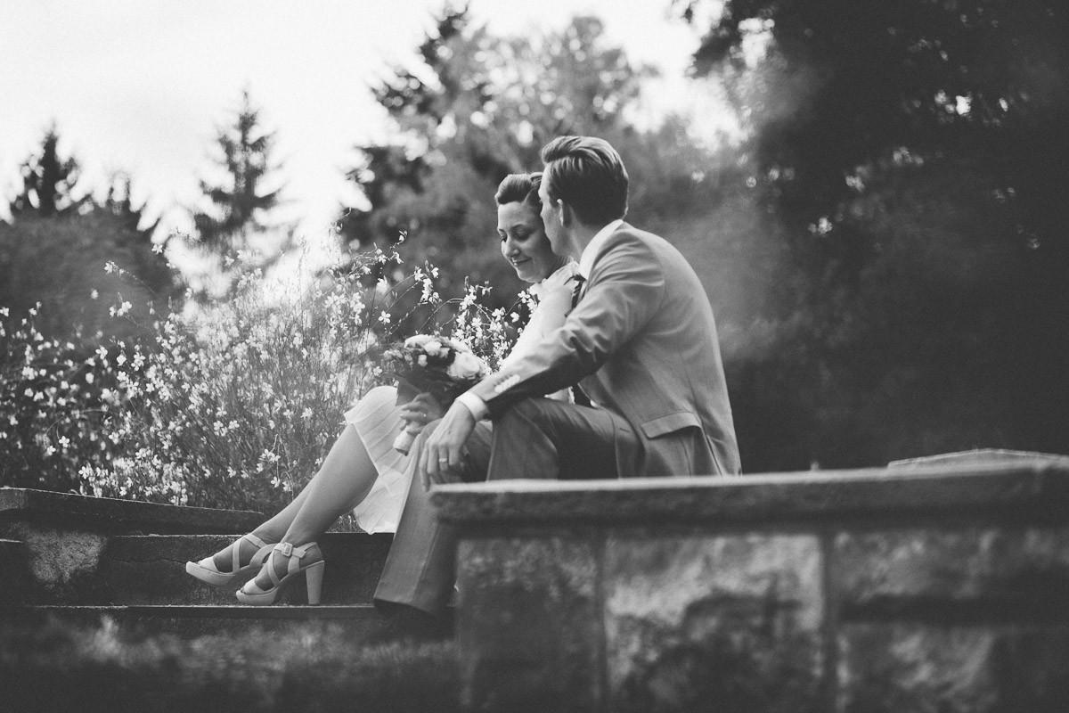 Verliebtes Brautpaar turtelt im Botanischen Park Blacnkenfelde