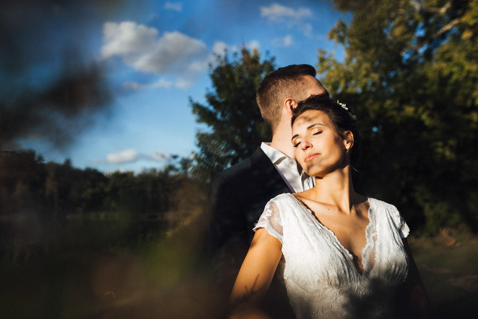 Verträumtes Brautpaar genießt mit geschlossenen Augen die untergehende Abendsonne in Nauen