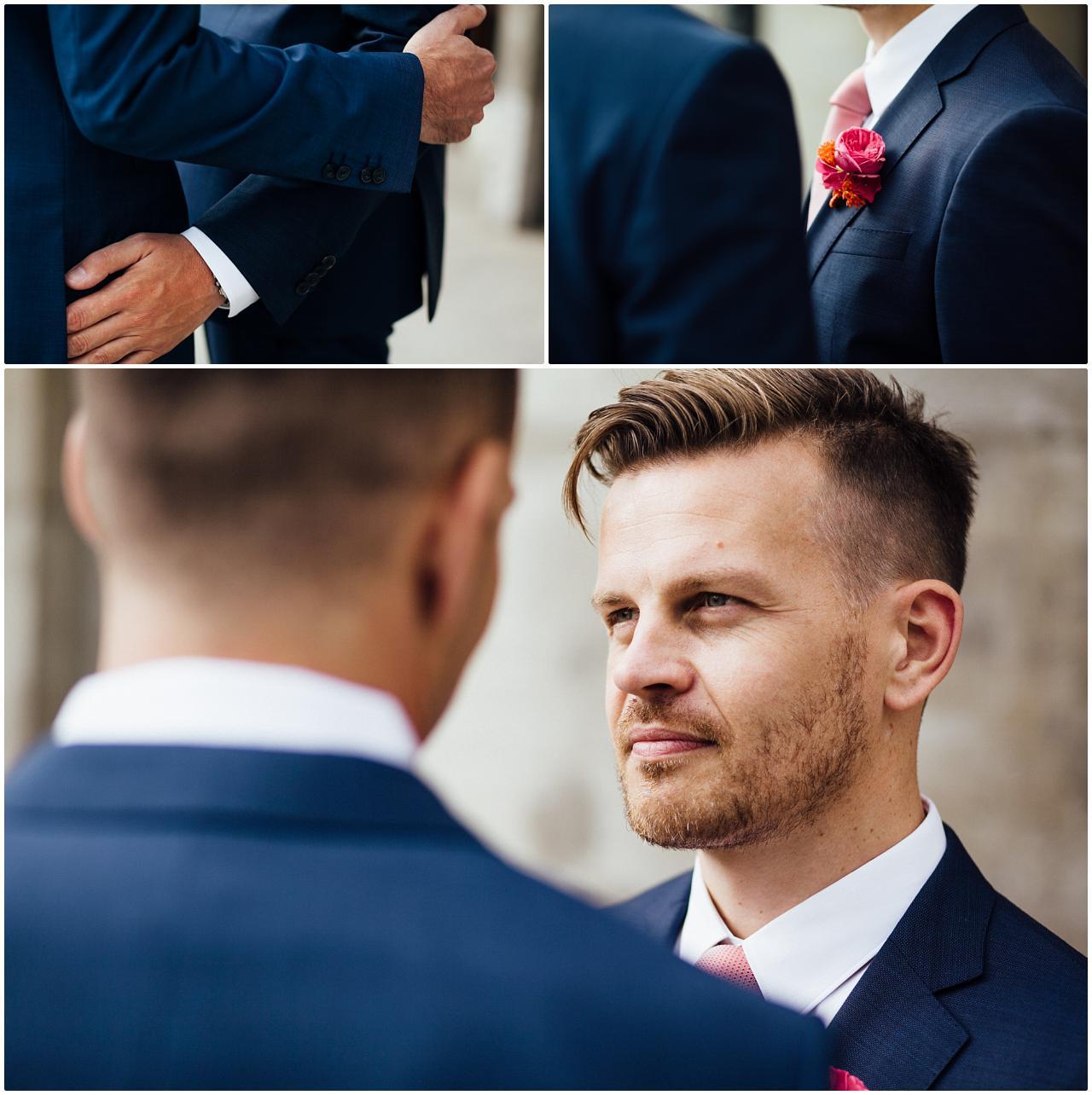 Gleichgeschlechtliches Brautpaar schaut sich vor Volksbühne tief in die Augen